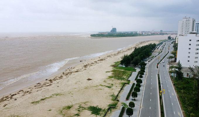 Biển Nhật Lệ những ngày sau lũ ngập củi và rác, đường phố vắng. Ảnh: Đức Hùng