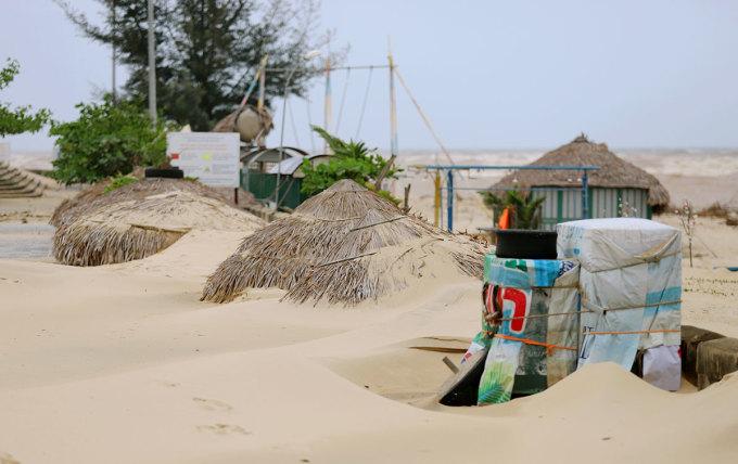 Chòi tranh bên bờ biển để du khách nghỉ ngơi bị gió xô đổ, cát vùi lấp. Ảnh: Đức Hùng