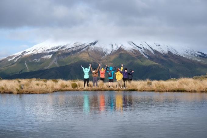 Hôm chúng tôi tới hồ, thời tiết đẹp nhưng có mây nên không nhìn rõ núi soi bóng mặt hồ. Nhiều người cũng như chúng tôi lên đây và ngồi chờ mây bay đi để ngắm và chụp những bức hình đẹp làm kỷ niệm. Ảnh: NVCC