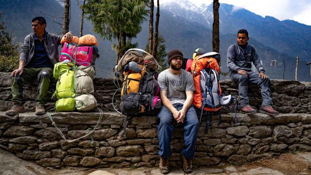 Với công việc mới, Menninger trở thành một trong những porter đầu tiên không phải người bản địa vào năm 2019. Ảnh: CNN