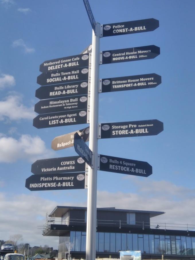 Ngay tại ngã ba, một cái biển chỉ dẫn có 16 nơi thì cả 16 nơi đó đều có chữ Bulls. Ảnh: NVCC