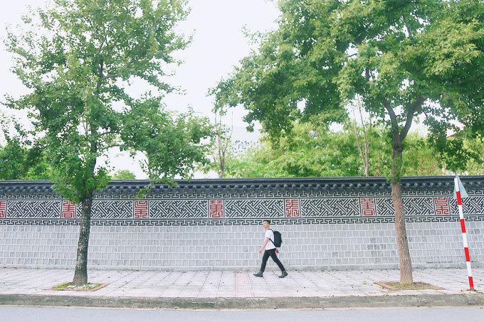 Khu phố ở Đại sứ quán Hàn Quốc, khu Ngoại giao đoàn (Bắc Từ Liêm) gần đây thành điểm check-in được nhiều bạn trẻ tìm đến vì có bức tường đậm chất Hàn. Khu vực này cách trung tâm khoảng 8 km. Ảnh: hoanghaiquavai