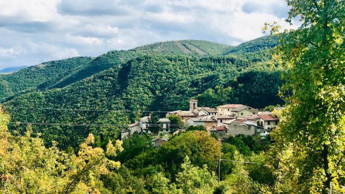 Với những rừng cây sồi, cây tầm vông, cây dẻ và cây thông xen kẽ với những cánh đồng dâu rừng, nấm cục, măng tây và những con dê đang gặm cỏ, khung cảnh của Nortosce được nhiều người đánh giá là mê hoặc. Ảnh: Silvia Marchetti