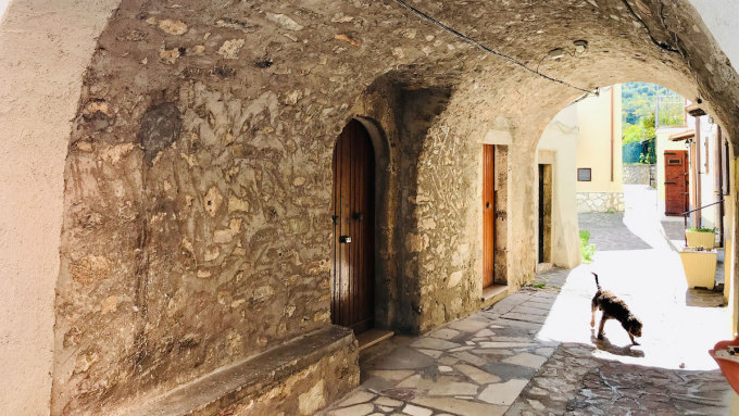 Những con hẻm nhỏ quanh co của thị trấn và những lối đi có mái vòm. Các vỉa hè lát đá cuội của nó cũng được bảo tồn rất tốt. Ảnh: Silvia Marchetti