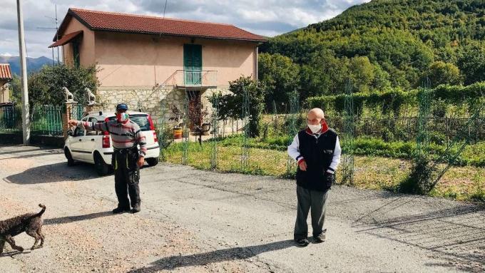 Khi gặp nhau, cả hai vẫn giữ đúng khoảng cách hơn một mét và không tháo khẩu trang. Trên ảnh là Nobili (phải) và Carilli (trái). Ảnh: Silvia Marchetti