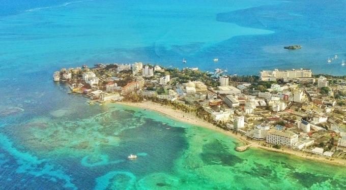 Từ cửa sổ máy bay, du khách có thể nhìn thấy rõ các màu sắc khác nhau của biển. San Andrés còn được biết với tên gọi khác: Biển bảy màu. Ảnh: Cruise Mapper