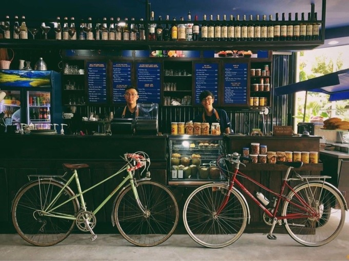 Instead of sitting at home waiting for the translation to pass or doing other things to live through the season, Phuc devoted his efforts to building a coffee shop for those who share passion.  Phuc's shop opened in July, in the middle of two Covid-19 episodes in Vietnam, but it has gradually attracted visitors.