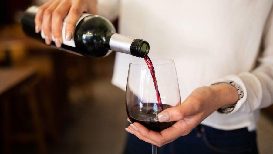 Khách gọi rượu rẻ, nhà hàng đưa nhầm chai đắt nhất