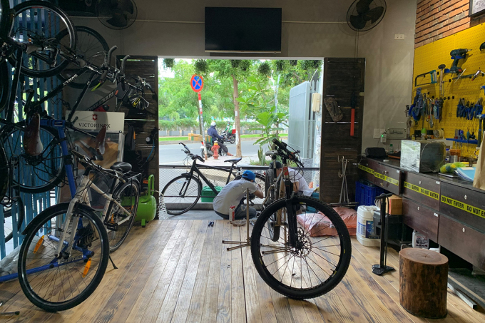 In addition to the space for coffee drinkers, the bar also has space to sell and take care of bicycle sports. In addition to opening a coffee shop for cyclists, Phuc also established a group Saigon Morning Ride with Many participants included both Vietnamese and foreigners in Vietnam.  Phuc also organizes bicycle tours to historic cultural sites in the city, providing information in Vietnamese and English.