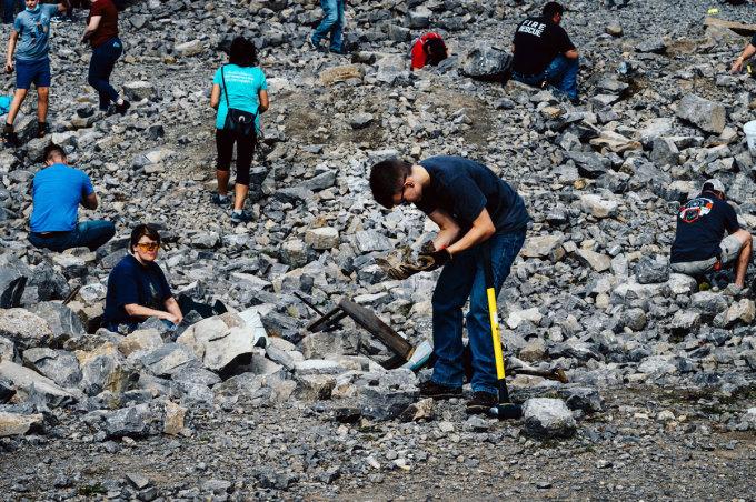 Du khách đến đào kim cương tại mỏ Herkimer Diamond Mines vào tháng 10. Ảnh: Nina Westervelt/New York Times