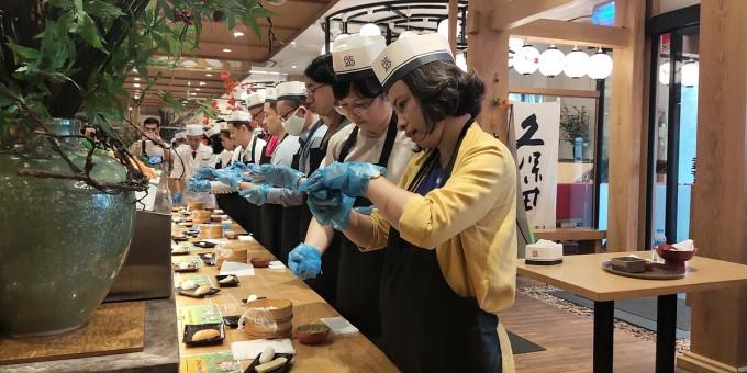 Tour du lịch trực tuyến có giá 500.000 đồng/khách, được mở bán vào ngày 14 và 28/11. Mỗi nhóm từ 7 - 10 khách, du khách sẽ được đầu bếp Nhật Bản hướng dẫn làm món sushi. Ảnh: Nguyễn Nam
