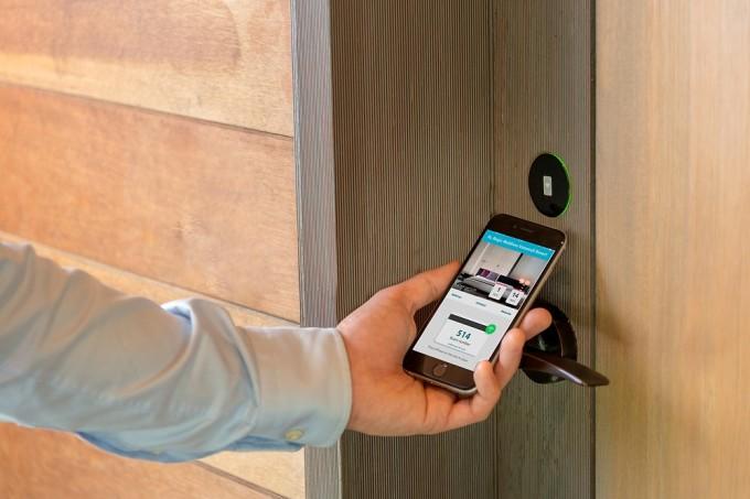 Một chiếc điện thoại thông minh có thể giúp du khách mở cửa, thanh toán nhanh chóng không cần tiếp xúc. Ảnh: GenX Security