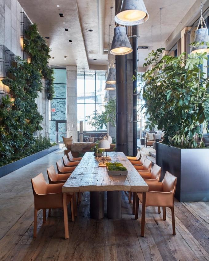 Sảnh khách sạn 1 Hotel Brooklyn Bridge tại New York sử dụng nhiều cây cối và những bức tường xanh để tạo cảm giác trong lành cho du khách. Ảnh: 1 Hotel Brooklyn Bridge