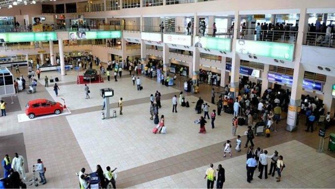 Sau khi việc cung cấp giấy tờ xét nghiệm nCoV giả mạo được đưa ra ánh sáng, nhiều người lo ngại sẽ có lượng lớn khách du lịch dương tính vẫn được nhập cảnh vào quốc gia của mình. Trên ảnh là sân bay quốc tế Murtala Muhammed, Lagos, Nigeria. Sau hơn một tháng mở cửa, nơi đây đón hơn 18.000 lượt khách nhập cảnh