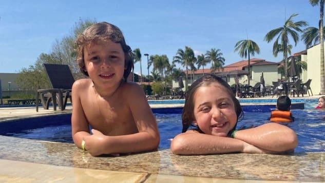 Nhờ đặt qua đại lý du lịch, gia đình Glina còn được tặng quà là một bức tranh gia đình được đóng khung, và nâng cấp phòng miễn phí. Ảnh: Claudia Glina/CNN