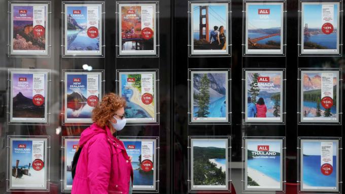 Đi du lịch trong đại dịch đồng nghĩa với việc du khách phải chấp nhận rủi ro về sức khỏe. Ảnh: CNN