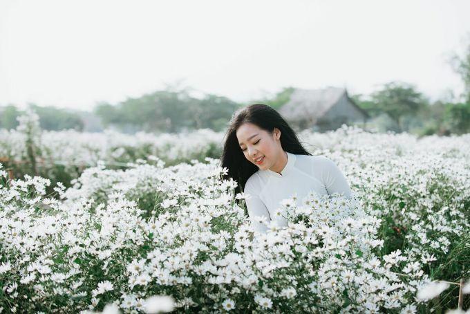 Hình ảnh các cô gái, các bà, các mẹ xúng xính với áo dài, tha thướt bên những bó cúc họa mi đã trở nên quen thuộc ở Hà Nội vào những ngày này. Ảnh: Shutter stock