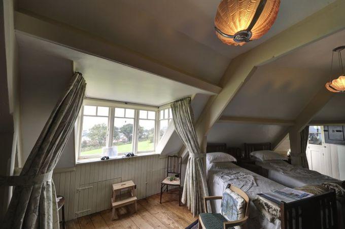 Phòng ngủ tầng trên của ngôi nhà. Ảnh: Neil Alexander McKee/Flickr