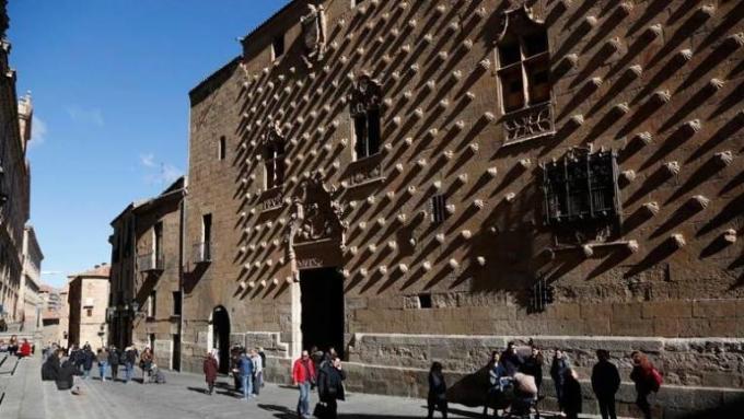 Ngôi nhà được xây dựng trong 24 năm, bởi Rodrigo Arias de Maldonado, một hiệp sĩ của Dòng Santiago de Compostela và là giáo sư tại Đại học Salamanca. Ảnh:  Luis Seijido/Shutterstock