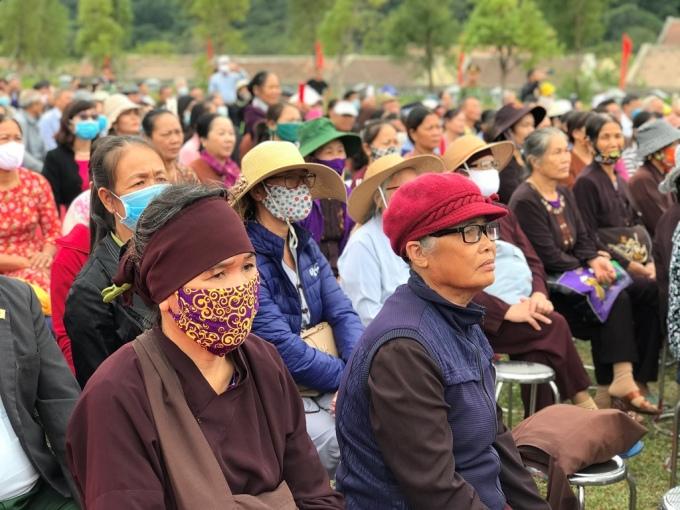 Hàng trăm du khách và phật tử dự chương trình. Ảnh: Minh Cương