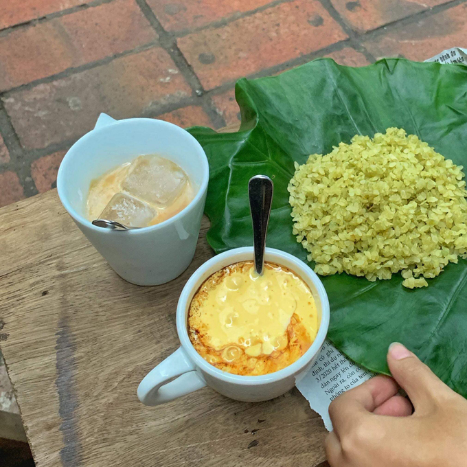 The part of coffee eaten with rice on the sidewalk is popular with customers when coming to the restaurant.  Photo: Ngoc Ha