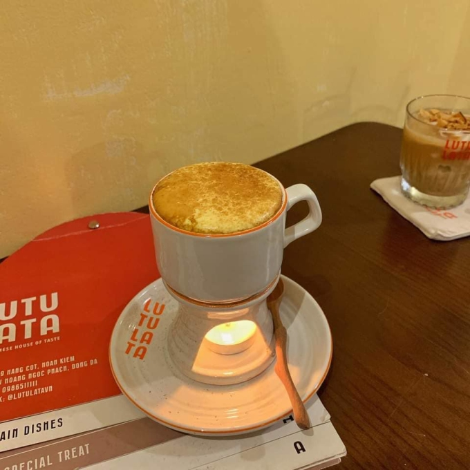 Egg coffee is placed under the candle tray to keep the temperature.  In addition, the shop also has traditional teas.  Photo: Ngoc Ha