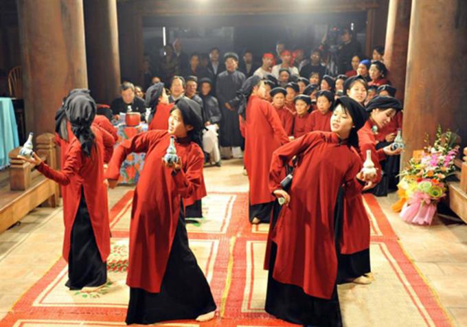 Các nghệ nhân trình diễn Hát mời rượu tại đình Hùng Lô. Ảnh: Trọng Trường