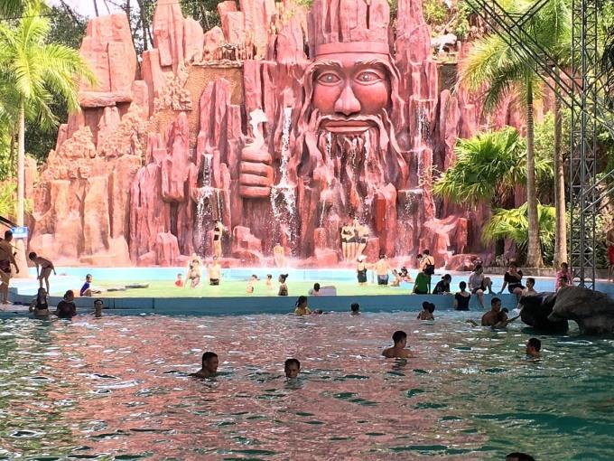 Khách trải nghiệm dịch vụ tại Khu du lịch Thanh Lâm resort (suối khoáng nóng Thanh Thủy). Ảnh: Thu Phương
