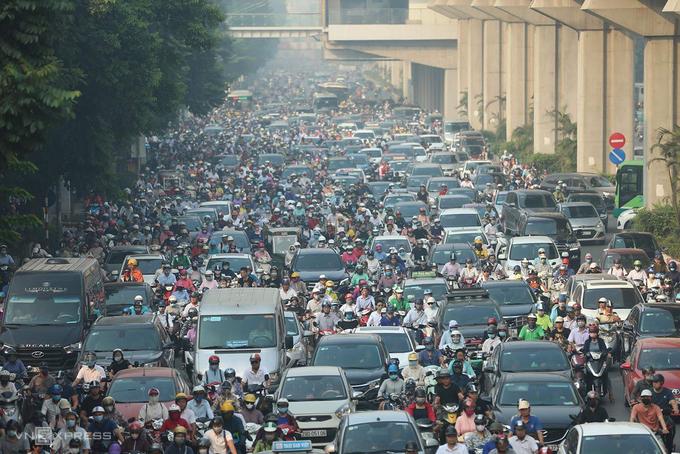 Giao thông Việt Nam khiến nhiều khách nước ngoài lần đầu ghé thăm e sợ, không dám băng qua đường vì sợ bị đâm trúng. Ảnh: Ngọc Thành