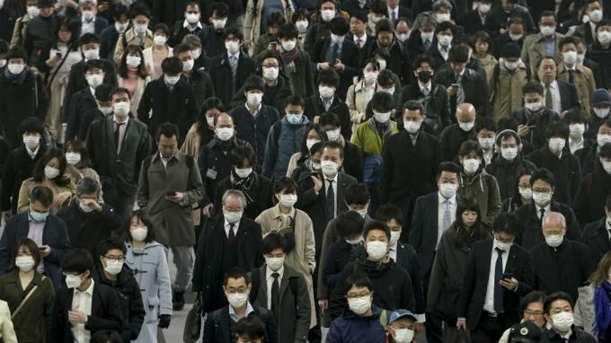 Đeo khẩu trang nơi công cộng đã trở thành quy định tại nhiều nơi trên thế giới trong Covid-19. Ảnh: Kimimasa Mayama/EPA
