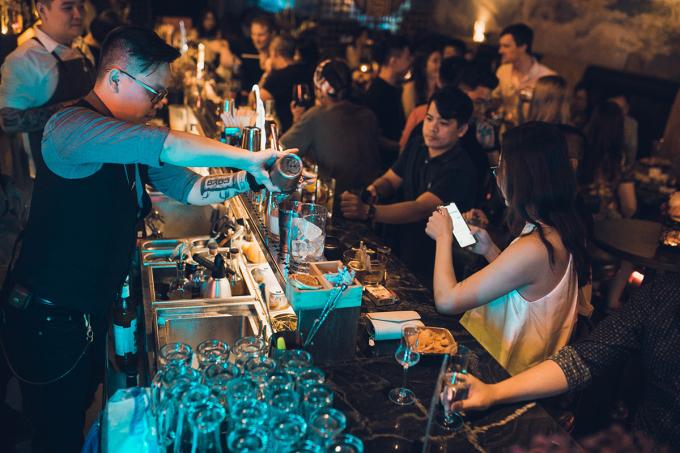 Khi ngồi ở quầy bar, bạn nên giữ giới hạn và tôn trọng khu vực làm việc của các bartender. Ảnh: Facebook