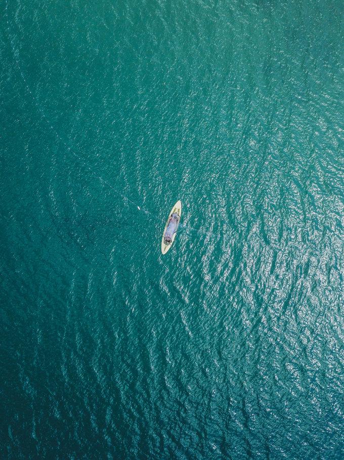 Sơn Tùng nhớ mãi khoảnh khắc được các ngư dân lặn biển mời lên thuyền đi dạo một vòng, nghe về chuyện nghề, chuyện biển, hay những câu chuyện tâm linh huyền bí của người đi biển... Bon bon trên chiếc tàu trên biển, trời xanh, gió lồng lộng, mây trắng, và lạc vào những câu chuyện của chính những con người sống ở nơi đây, thực sự là một trải nghiệm không dễ có được, anh kể lại.