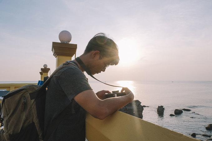 Nguyễn Sơn Tùng, sở hữu fanpage Lạc với hơn 61.000 lượt theo dõi, vừa trở về Sài Gòn từ Phú Quốc. Những lần trước, chủ yếu blogger 9x đi công tác và nghỉ dưỡng nên không khám phá nhiều, đa phần thư giãn trên bãi biển và lặn biển ngắm san hô. Chuyến đi vào tháng 11 này là lần thứ 3 Sơn Tùng trở lại đảo ngọc, nhưng có những góc nhìn khác về sắc màu Phú Quốc qua ống kính máy ảnh và nhân sinh quan của riêng mình.