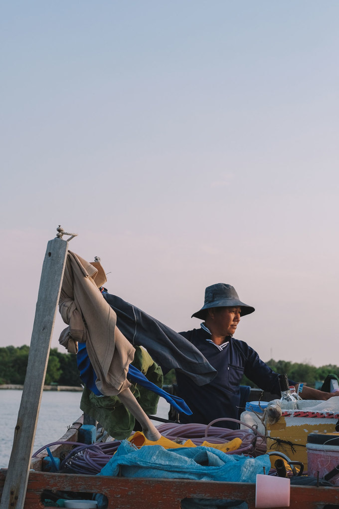 Một trong những điểm dừng chân của Sơn Tùng là làng chài Rạch Vẹm, nơi anh ngồi lặng hết buổi chiều chỉ để ngắm hoàng hôn. Blogger này còn có thời gian trò chuyện với các ngư dân để hiểu thêm về nghề biển, và cảm thấy biết ơn những người dân lao động cần cù.