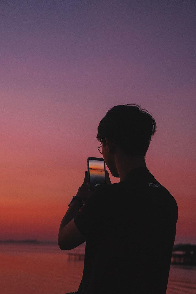 Với kinh nghiệm bản thân, Sơn Tùng khuyên du khách đến Phú Quốc đừng...vội vã, đừng chỉ đến và cố chạy thật nhanh đến điểm này điểm kia để chụp ảnh. Hãy nghỉ ngơi, tận hưởng một buổi sáng ngủ nướng trên giường, để nắng len qua cửa sổ gọi bạn dậy, với một chiếc plan vừa phải, 2-4 địa điểm gần nhau được chuẩn bị trước cho một ngày. Sau đó bạn từ từ đi, tìm hiểu và tận hưởng. Nếu được, hãy cố thử bắt chuyện với người dân ở đây. Con người Phú Quốc chất phác, hiền lành và dễ gần. Bạn sẽ biết thêm nhiều hơn nữa, những điều thực sự thú vị từ vùng đất này, blogger 9x bày tỏ.