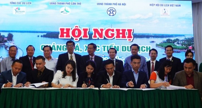Businesses sign a cooperation agreement to increase exchange of visitors to Can Tho next time.