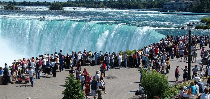 Một điểm ngắm thác Niagara đông khách du lịch. Ảnh: Flyopedia