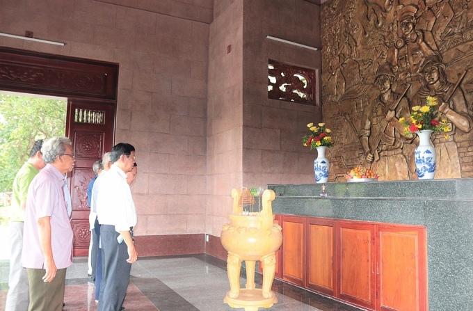 Du khách đứng trước đền thờ Tức Dụp để hoài niệm về chiến tích của những bậc hào hùng một thời. Ảnh: Thủy Ngân.