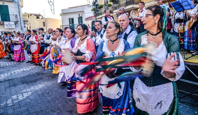 Trong một cộng đồng nhỏ và thân thiết như Gesso, nơi mà việc gõ cửa hàng xóm báo tin nhanh hơn thông báo qua điện thoại, chiến thắng của Biden được coi là một bước ngoặt lớn trong lịch sử làng Gesso. Trên ảnh là một lễ hội ở Sicily. Ảnh: Loredana Cadoni Rassegna Popolare Ibbisota/SCMP