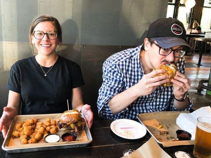 Hai thực khách đang gọi món bánh kẹp burger Labor Inducer tại quán. Ảnh: Suburban/Facebook