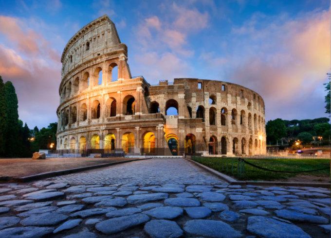 Khi đến Rome, Italy bạn đừng viết tên lên Đấu Trường La Mã. Điều đó thể hiện sự thiếu tôn trọng của bạn dành cho người dân nước ngày. Ảnh: iStock