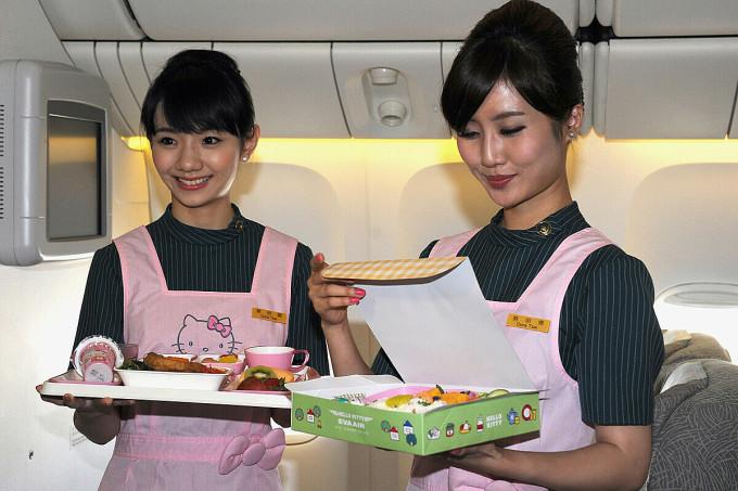 Tiếp viên phục vụ bữa ăn trên chuyến bay của EVA Air. Ảnh: Wireimage