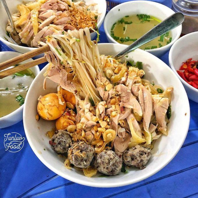 Phở gà trộn đầy đủ thường có thịt gà xé, viên mọc, trứng, tràng non và bánh phở...Ảnh: Tunluvfood.