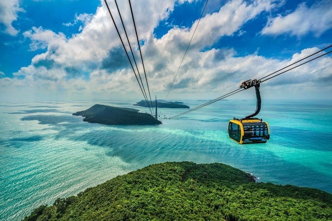 Starting from An Thoi port, the cable car takes visitors through the turquoise blue waters, embracing Hon Roi and Hon Thom.  Photo: Shutterstock.