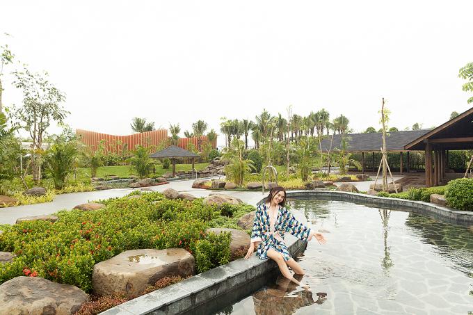 Khu vực tắm onsen kiểu Nhật là nơi mà Lan Ngọc mong đợi được trải nghiệm khi tới Minera Hot Springs Bình Châu. Với cô, tắm onsen chính là một hình thức nạp năng lượng từ nước thú vị nhất. Bởi lẽ, nước khoáng nóng trong những hồ này rất giàu dưỡng chất, có tác dụng trị liệu, xoa dịu cơ thể và chữa lành những vết thương.