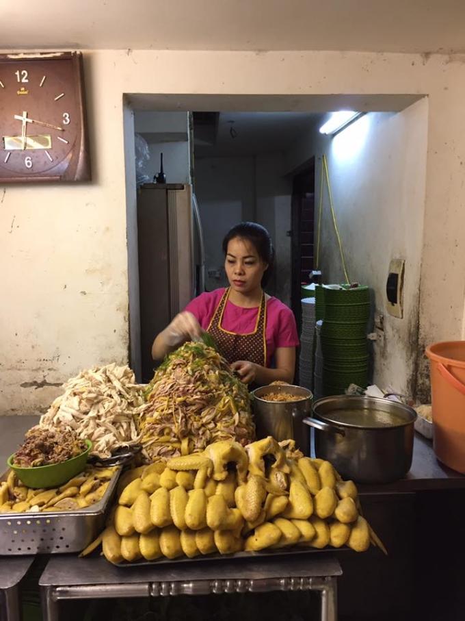 Chị Hạnh, chủ quán thường chuẩn bị sẵn nguyên liệu trước giờ mở cửa. Miếng thịt gà thái thớ dài, đều xăm xắp, hài hòa giữa da và thịt nạc.