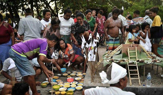 Các gia đình Chao Lay tụ tập tại khu đất thiêng của họ, gần bãi biển Rawai và thực hiện việc thờ cúng. Ảnh: AFP
