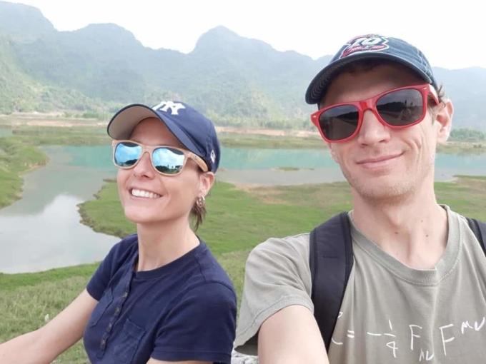 Nhiều du khách cũng hút thuốc, nhưng họ chưa bao giờ ném đầu lọc lung tung. Trên ảnh là hai du khách châu Âu đang đạp xe tại Vân Long, Ninh Bình. Ảnh: NVCC