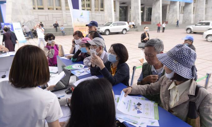 Du khách tìm kiếm vé máy bay ưu đãi tại hội chợ du lịch VITM.