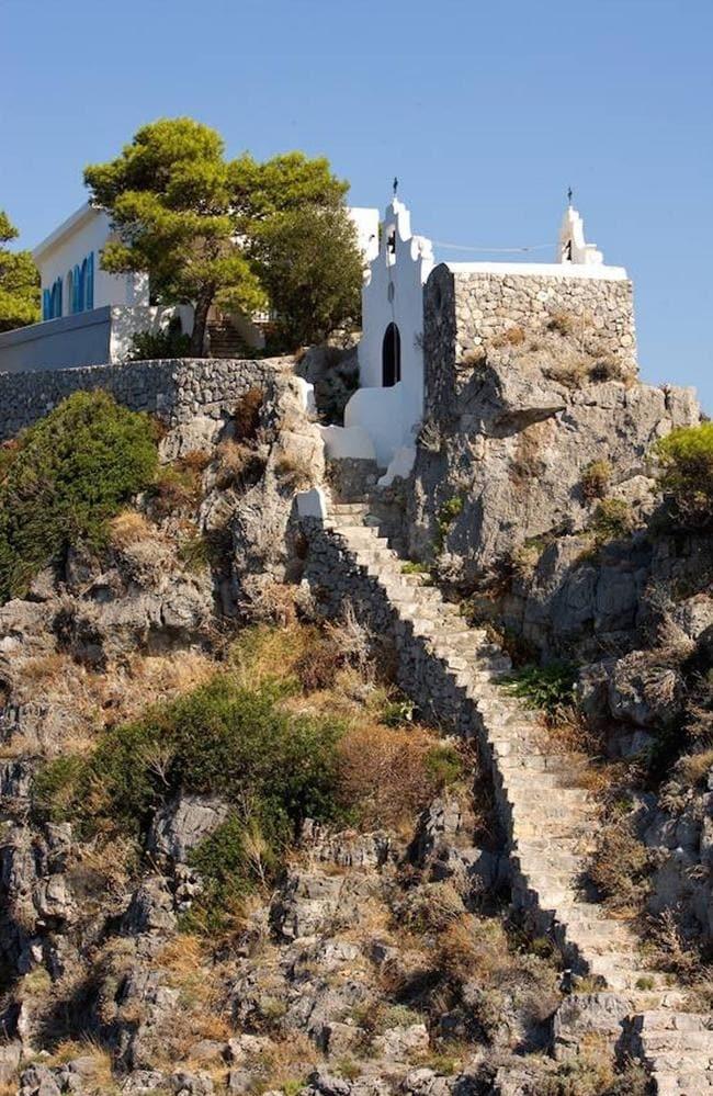 Một nhà nguyện nhỏ nằm trên đảo Gallo Lungo thường để tổ chức đám cưới. Ảnh: Luxury italian island.
